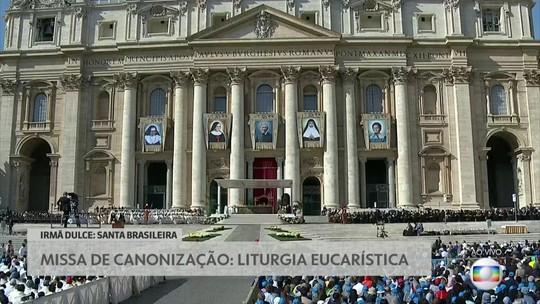 Príncipe Charles acompanha a missa de canonização dos santos