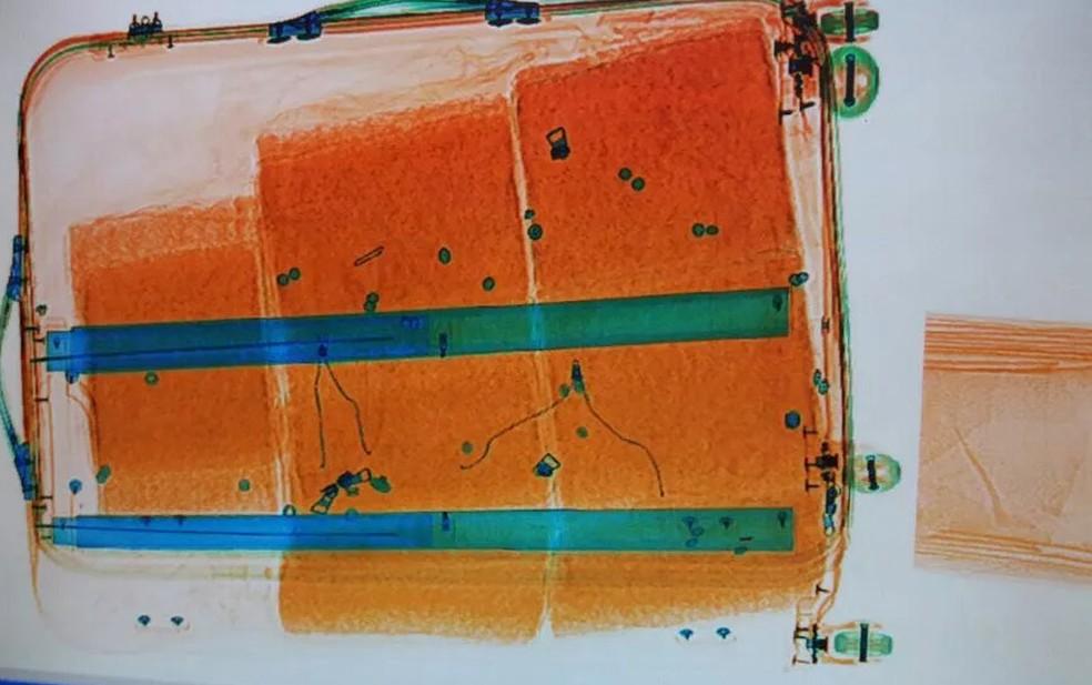 Bagagem da mulher presa com cocaína passou pelo equipamento de Raio-X, no aeroporto, e agentes identificaram tabletes com material orgânico — Foto: Polícia Federal/Divulgação