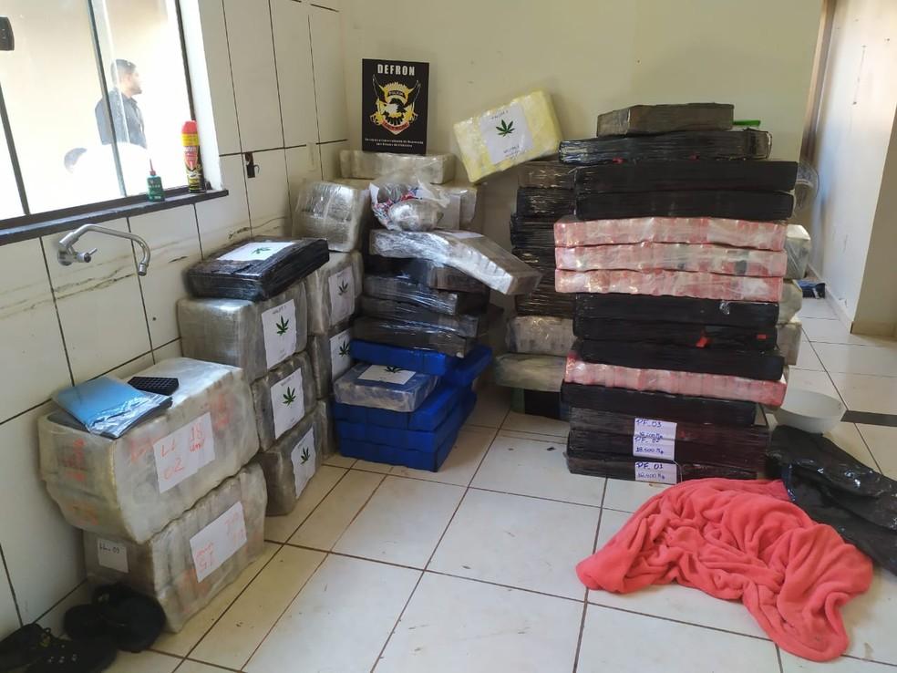 Mais de três toneladas de maconha foram apreendidas dentro de residência em Dourados (MS) — Foto: Carlos da Cruz/TV Morena