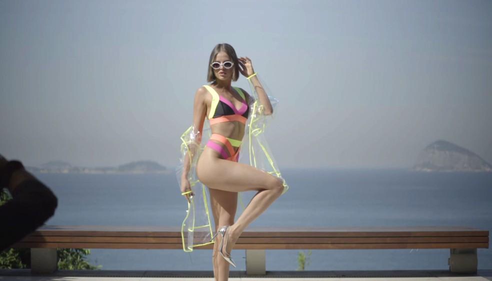 Jô posa toda estilosa com biquíni colorido — Foto: TV Globo