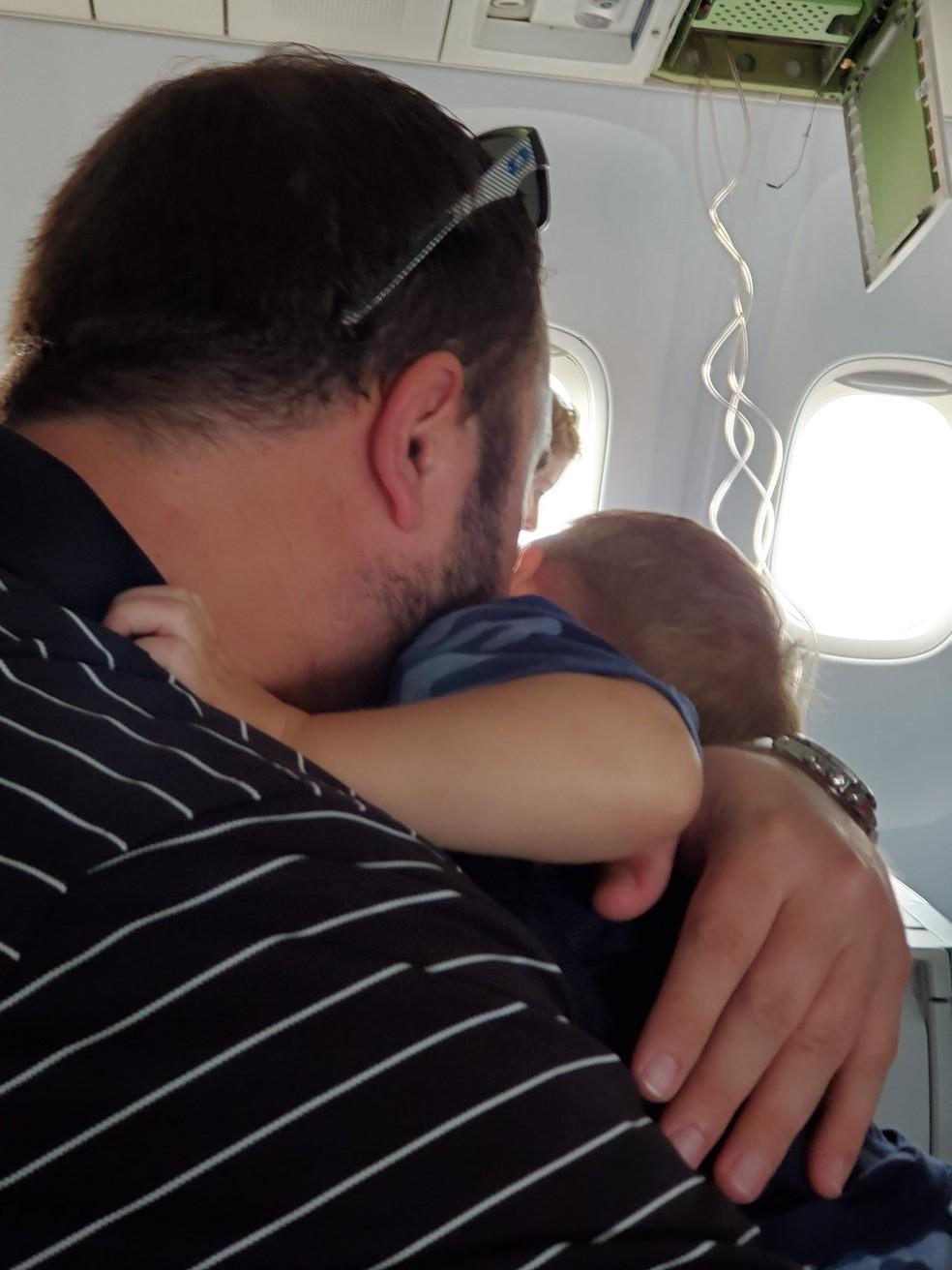 Homem abraça bebê durante pouso de emergência após falha na pressurização nos EUA; procedimento ocorreu sem anormalidades — Foto: @BrutusOsceola/Reprodução/Twitter