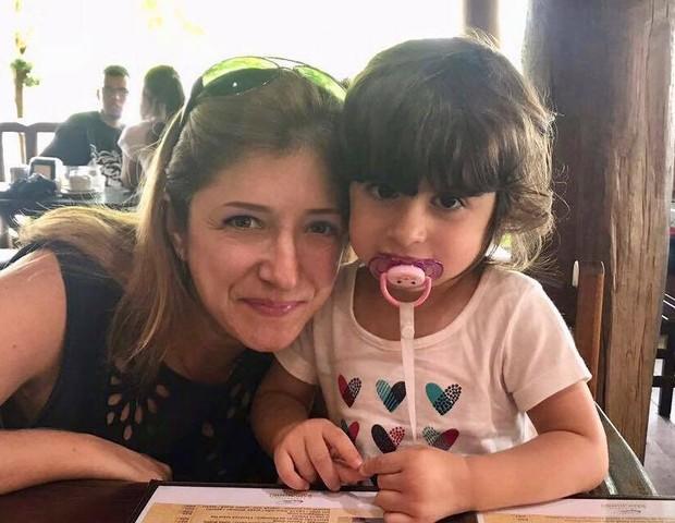 Marina, 37, com a filha Anna, 2, que já teve coqueluche (Foto: Arquivo pessoal)