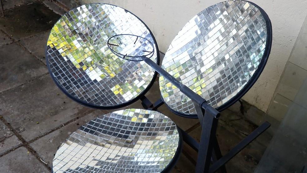 Produzidos com sucata, o fogão transforma radiação solar em casa, criando efeito etufa para esquentar os alimentos (Foto: BBC)