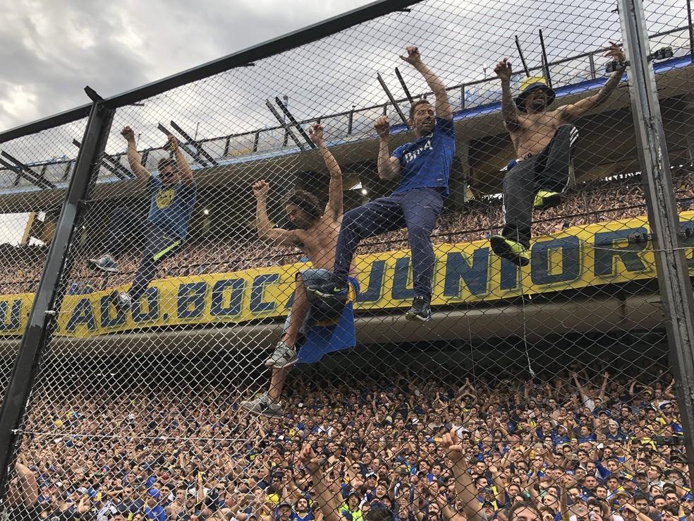 Torcedores do Boca Juniors pendurados na grade da Bombonera na final da Taça Libertadores contra o River Plate — Foto: Victor Canedo/GloboEsporte.com