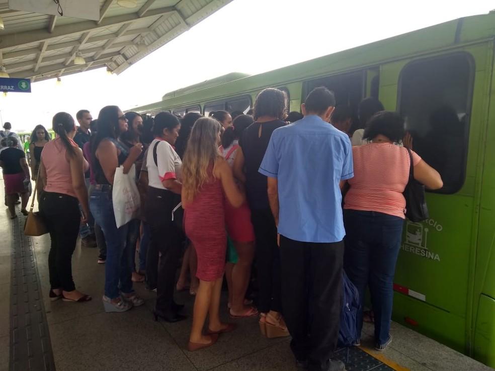Passageiros tentam embarcar nos ônibus, mas lotação impediu entrada de todos. — Foto: Glayson Costa/G1