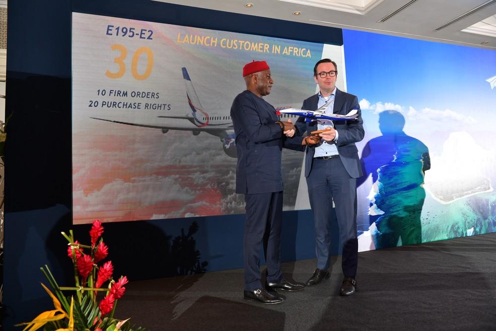 Acordo foi firmado com a companhia nigeriana em evento nas Ilhas Maurício — Foto: Embraer/Divulgação