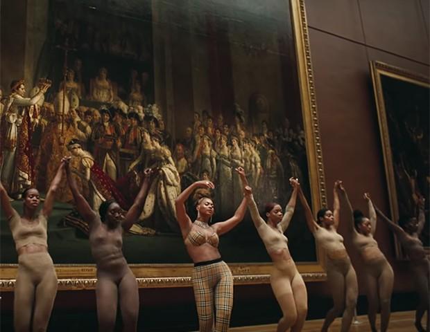 Beyoncé em destaque no meio das dançarinas (Foto: Divulgação)