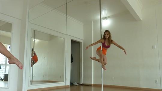 Lorena Comparato mostra corpão em aula de pole dance; assista!