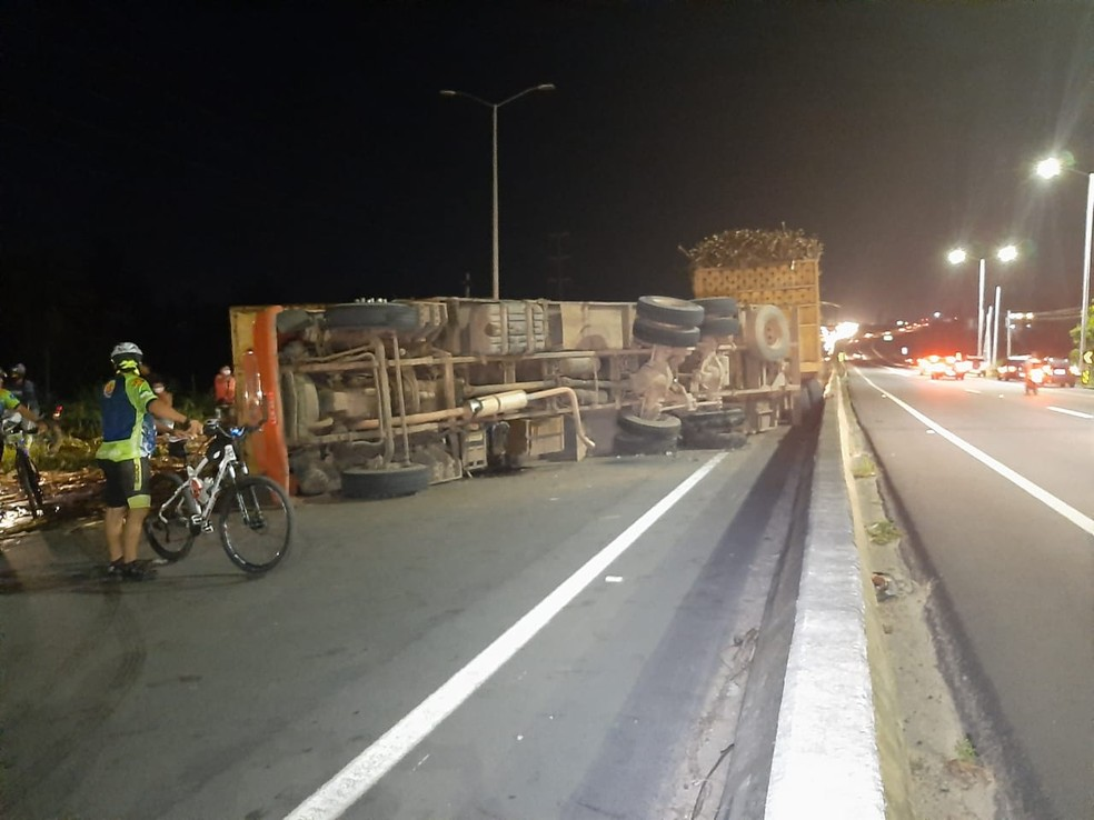Passagem só consegue ser feita pelo acostamento em um dos lados da pista — Foto: Samuel Florêncio/Inter TV Cabugi