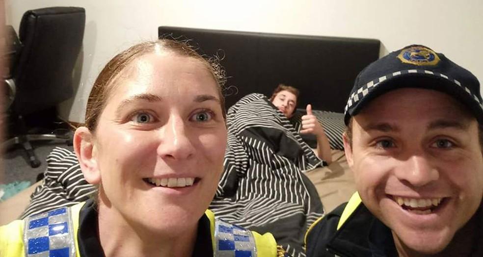 Policiais tiram selfie com bêbado para 'explicar' como ele chegou em casa (Foto: Tasmania Police/Facebook)