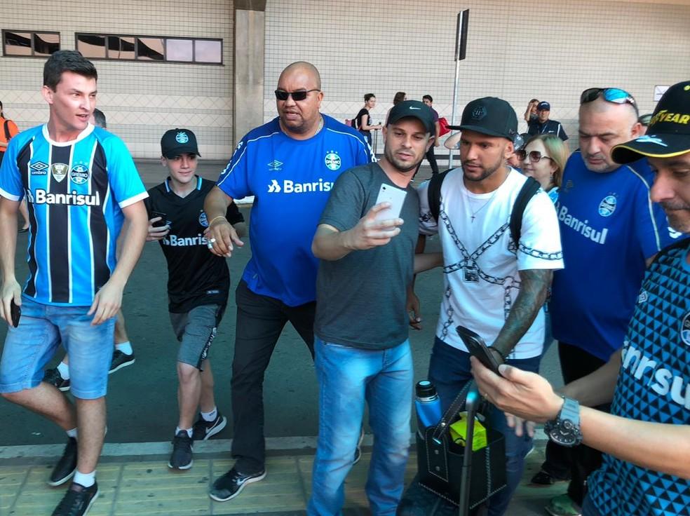 Montoya tira fotos com torcedores do Grêmio — Foto: Bruno Halpern
