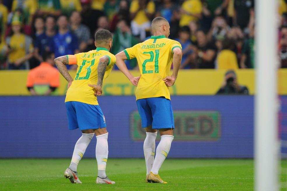 Richarlison e Daniel Alves imitam o pombo na comemoração do gol do atacante — Foto: Wesley Santos/Agência PressDigital