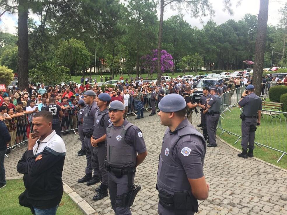 Pessoas acompanham chegada de Lula ao velório do neto do ex-presidente, em São Bernardo do Campo — Foto: Letícia Macedo/G1