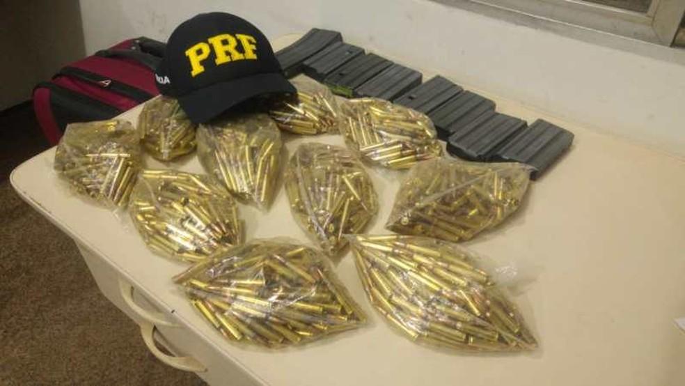 Projéteis de fuzil calibre 5.56m estavam em uma mala, dentro de um ônibus que ia para Teresina — Foto: Divulgação/PRF