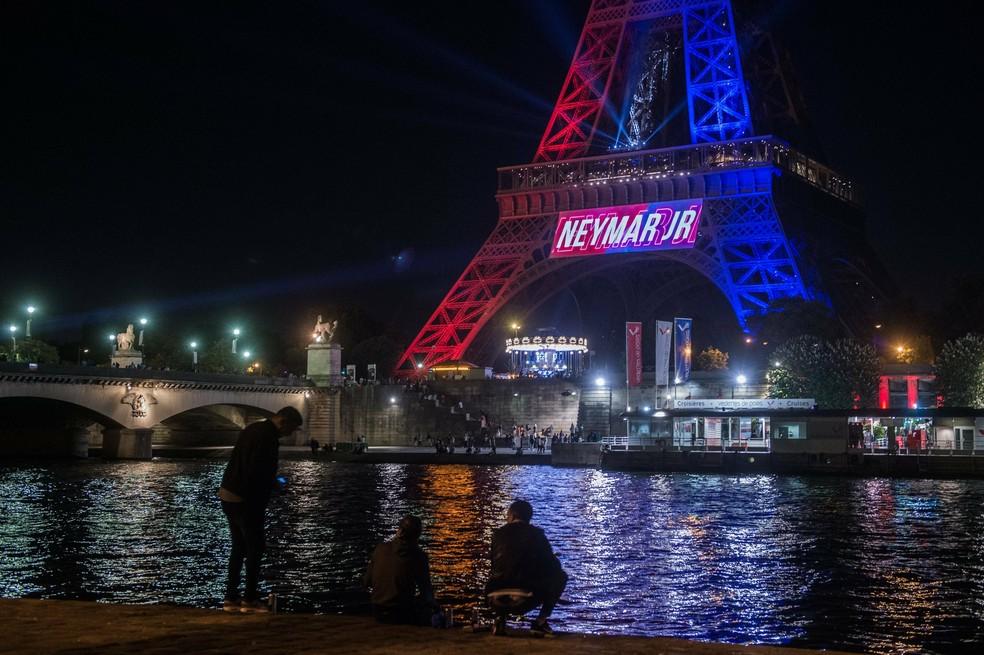 Torre Eiffel ganha cores do PSG em homenagem a Neymar (Foto: EFE)