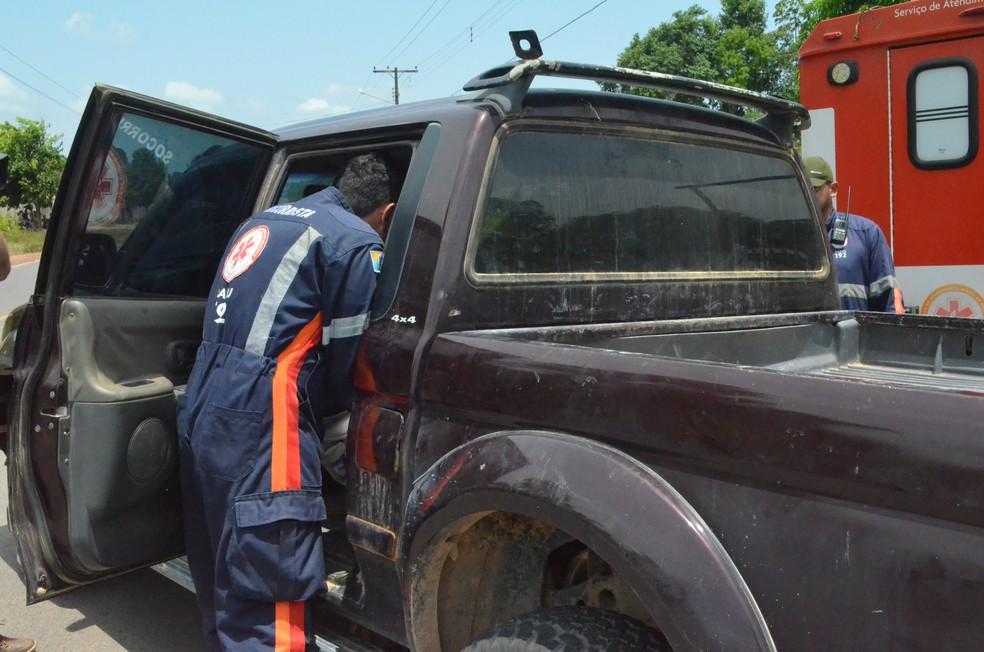 Lenilson foi colocado em uma caminhonete para ser levado ao hospital, mas não resistiu aos ferimentos e morreu (Foto: Geovane Brito/G1)