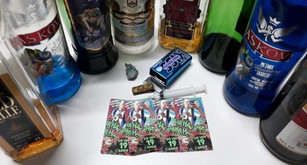 Polícia apreendeu várias garrafas de bebida alcóolica e drogas no local em Quintana (Foto: João Trentini / Divulgação )