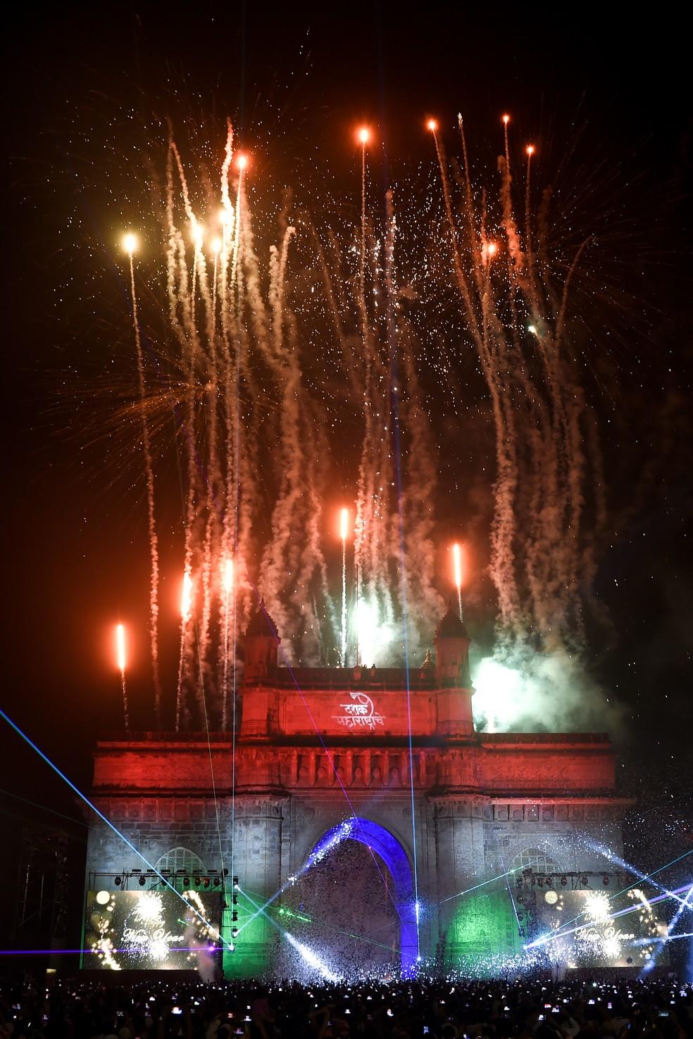 Fogos de artifício no Portal da Índia na chegada do ano novo em Mumbai, Índia — Foto: Indranil Mukherjee/AFP