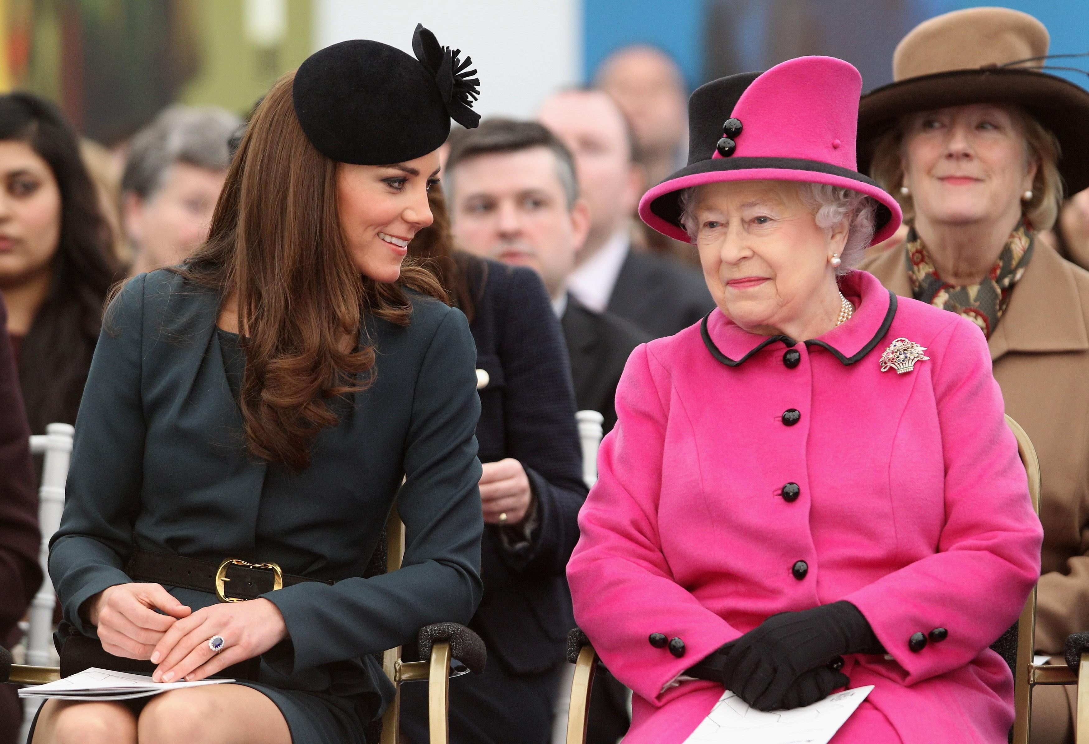 Kate Middleton com a Rainha Elizabeth 2ª (Foto: Getty Images)