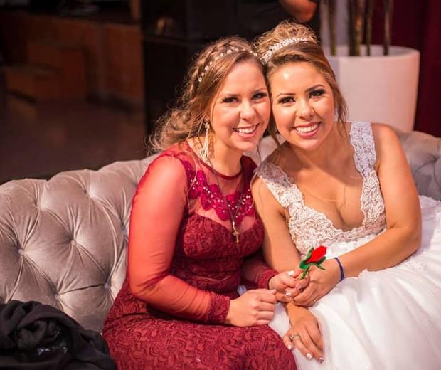 Débora e Daiana são gêmeas identicas (Foto: Reprodução Facebook)