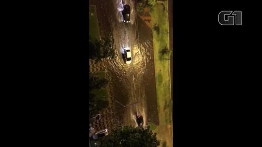 Chuva alaga avenida Epitácio Pessoa, em frente ao metrô da Lagoa