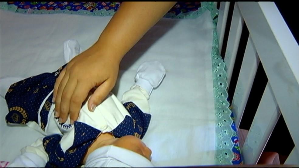 Aline Parreira de Jesus recebeu apenas um bebê após exames mostrarem gestação de gêmeos, em Quirinópolis — Foto: Reprodução/TV Anhanguera