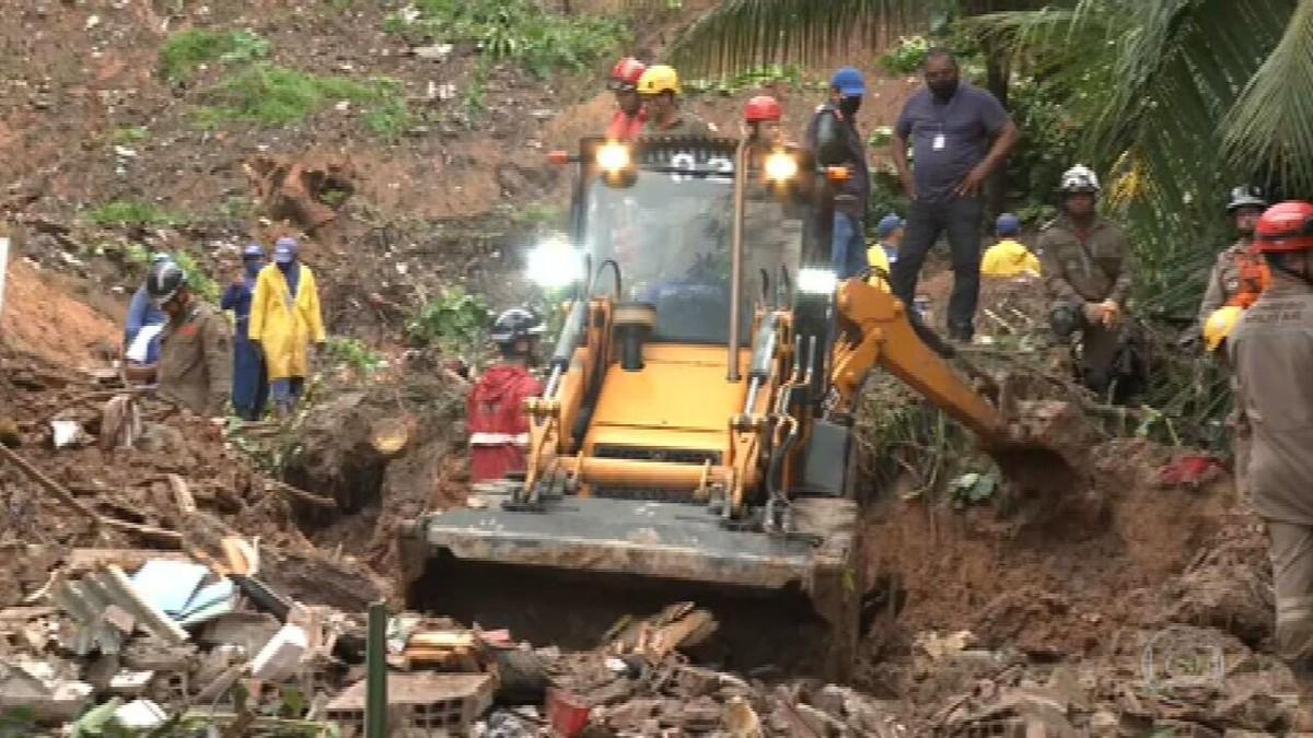 Duas pessoas da mesma família morrem em deslizamento de barreira no Grande Recife
