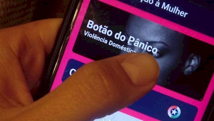 Filho é preso em flagrante após mãe acionar aplicativo com 'botão do pânico' em Chapecó