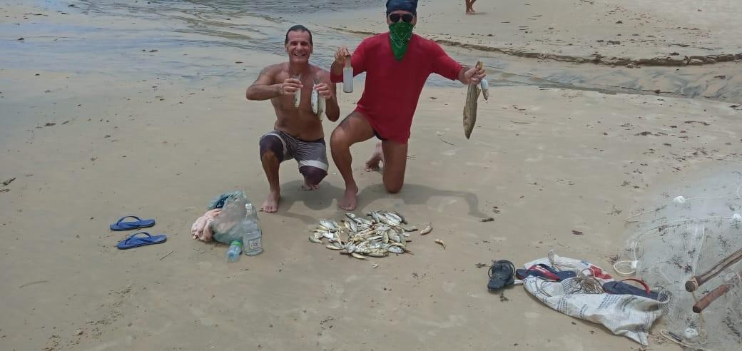 Grupo de pescadores doa peixes a famílias da Vila de Ponta Negra que estão sem renda durante isolamento social em Natal