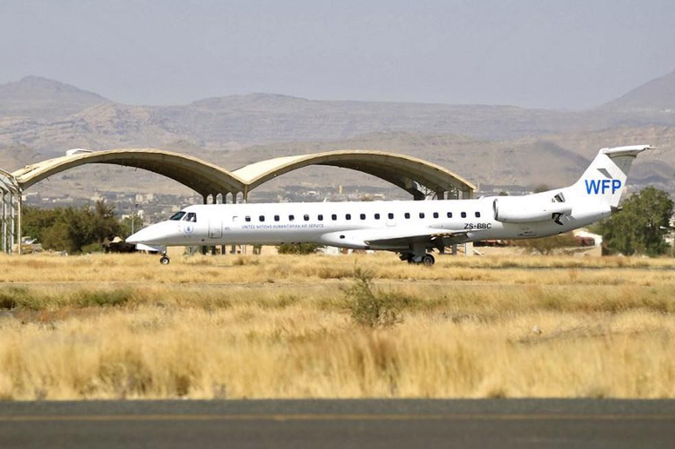Avião das Nações Unidas chega à capital do Iêmen, Sanaa, neste sábado (25), após três semansa de bloqueio imposto pela Arábia Saudita (Foto: Mohammed Huwais / AFP)