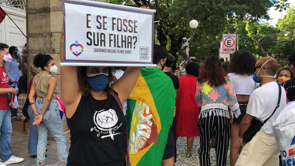 Manifestantes fizeram ato no Recife, em 28 de junho, pedindo fim da violência contra o público LGBTQIA+ após Roberta Silva, mulher trans, ter sido queimada viva — Foto: Reprodução/TV Globo