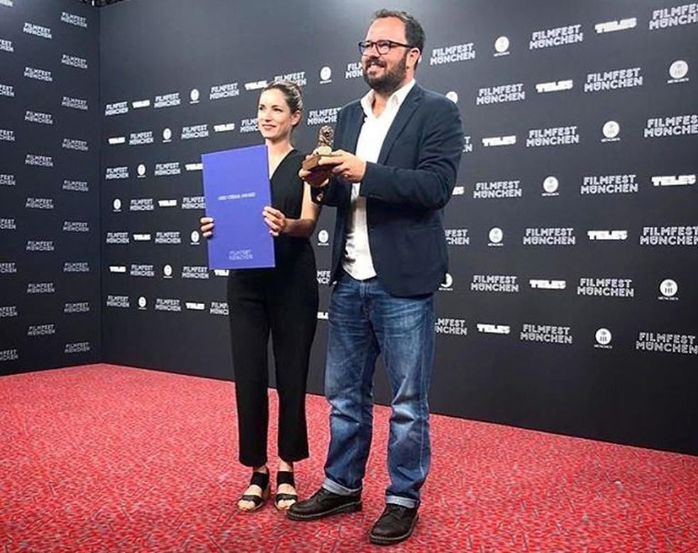 Produtora de Bacurau, Emilie Lesclaux, e o diretor Juliano Dornelles, recebem Prêmio de Melhor Filme no Festival de Munique, na Alemanha — Foto: Reprodução/Redes sociais