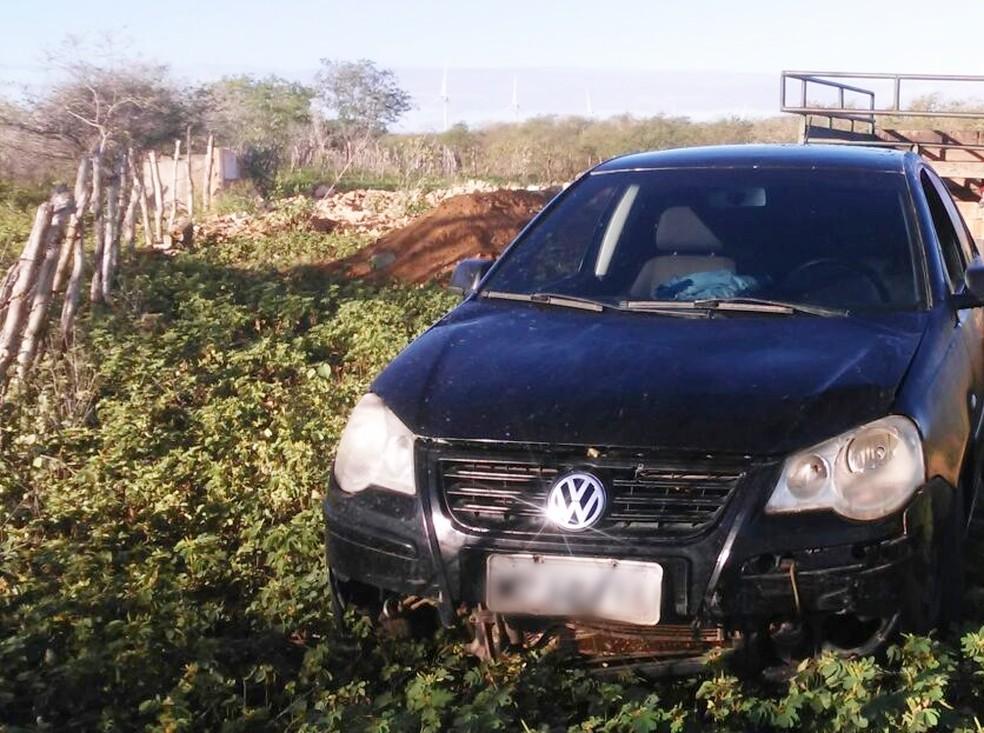 O carro, um Polo de cor preta, foi encontrado na zona rural do município (Foto: Eurípedes Dias)