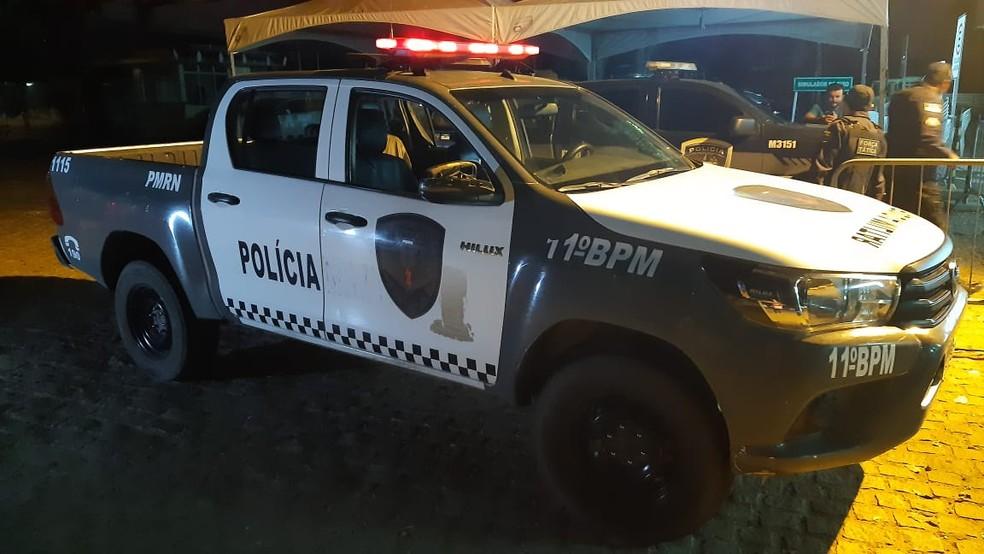 Policiais militares prenderam um homem e apreenderam um adolescente na Grande Natal — Foto: Sérgio Henrique Santos/Inter TV Cabugi
