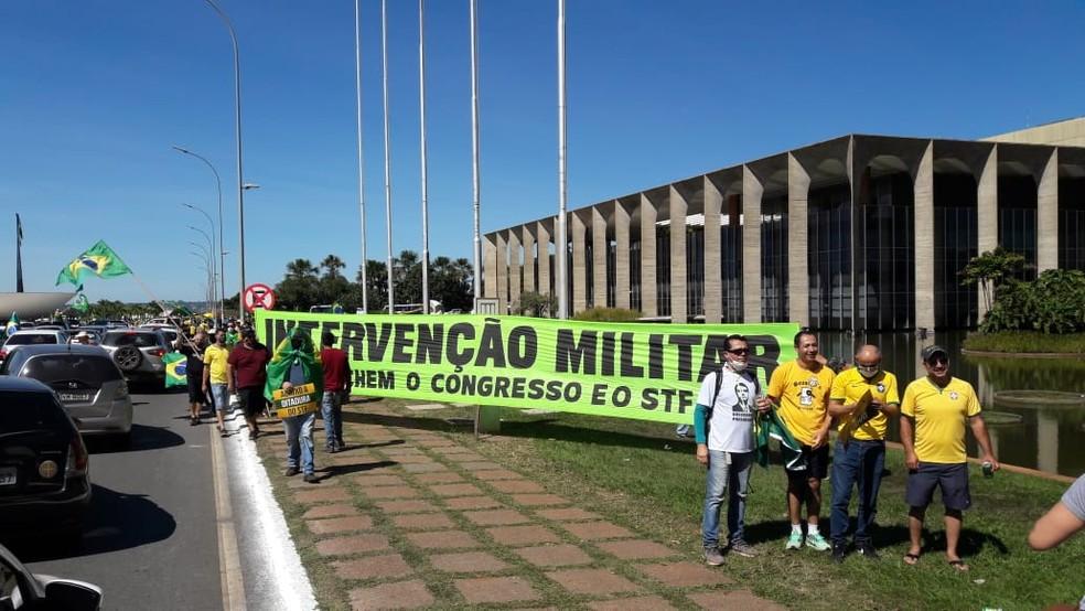 Manifestantes durante ato deste domingo (31) com mensagens contra o Congresso e o Supremo — Foto: Isabella Calzolari / GloboNews