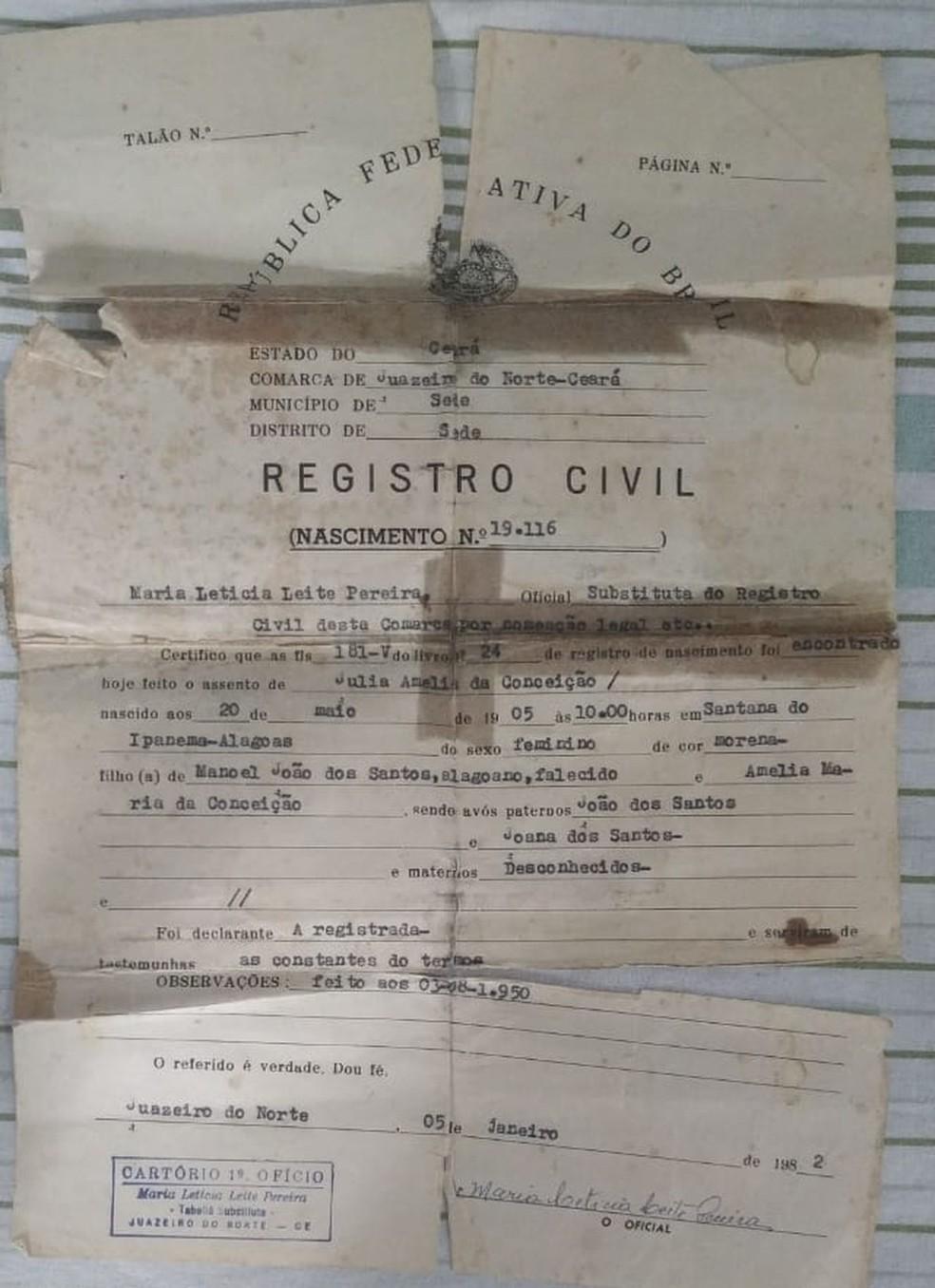 Certidão de nascimento de Júlia Amélia da Conceição, idosa que completa 114 anos em Juazeiro do Norte — Foto: Arquivo pessoal