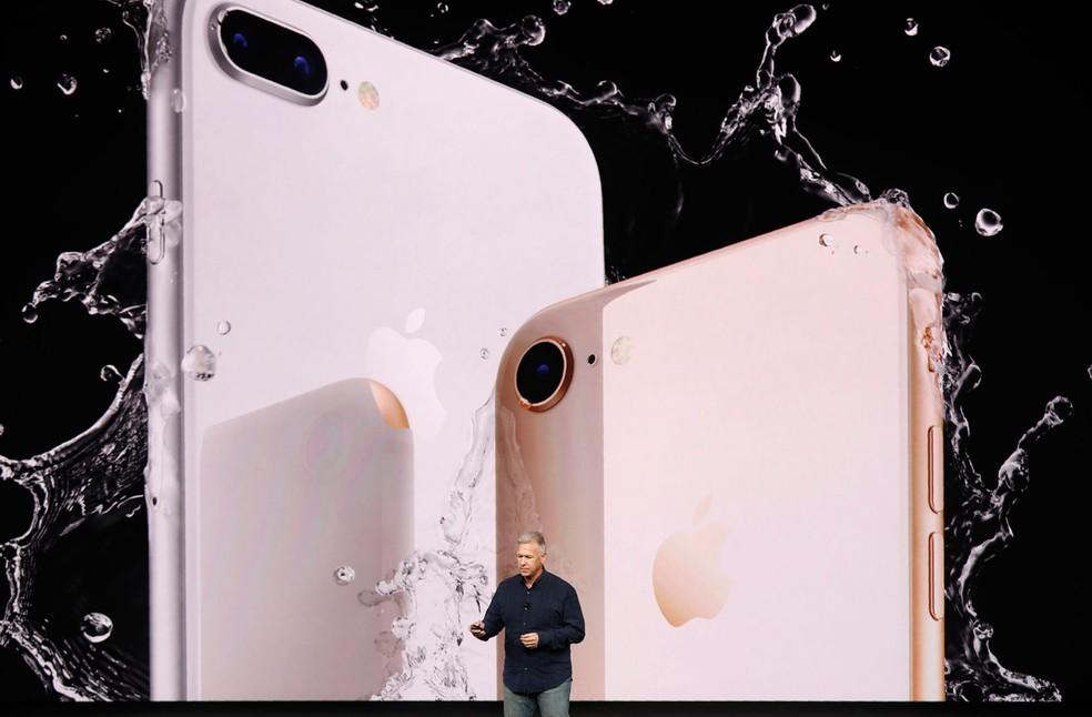Phil Schiller apresenta o iPhone 8 e o iPhone 8 Plus em evento da Apple em setembro (Foto: Stephen Lam/Reuters)