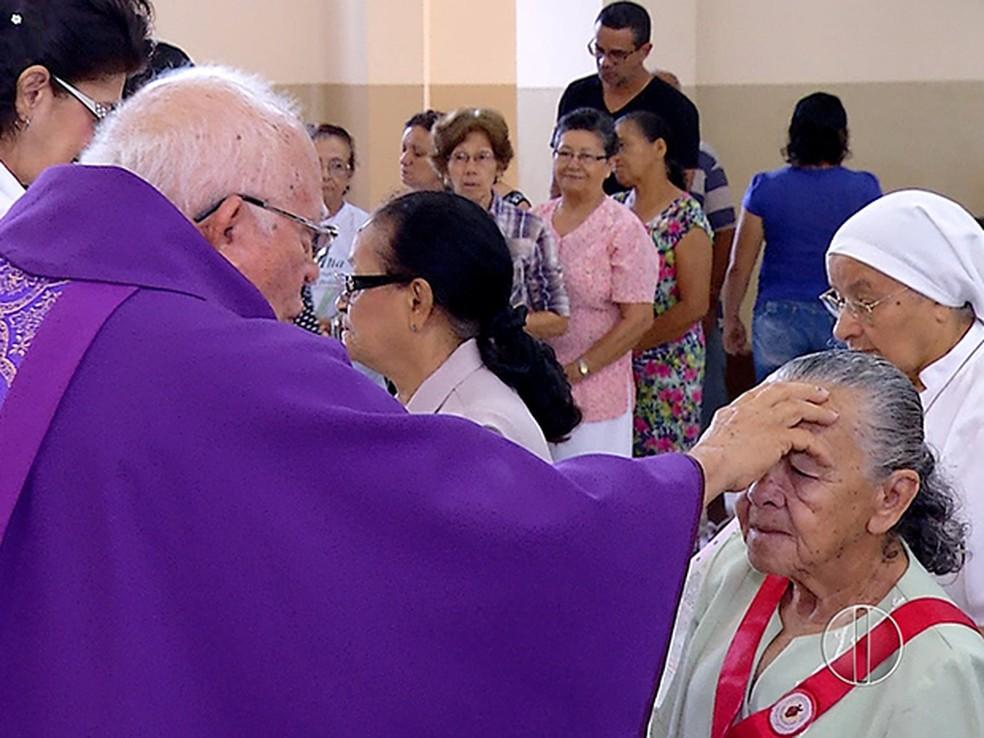 Arquidiocese também orienta que hóstias sejam entregues nas mãos dos fiéis, ao invés de diretamente na boca — Foto: Reprodução/ Inter TV Cabugi