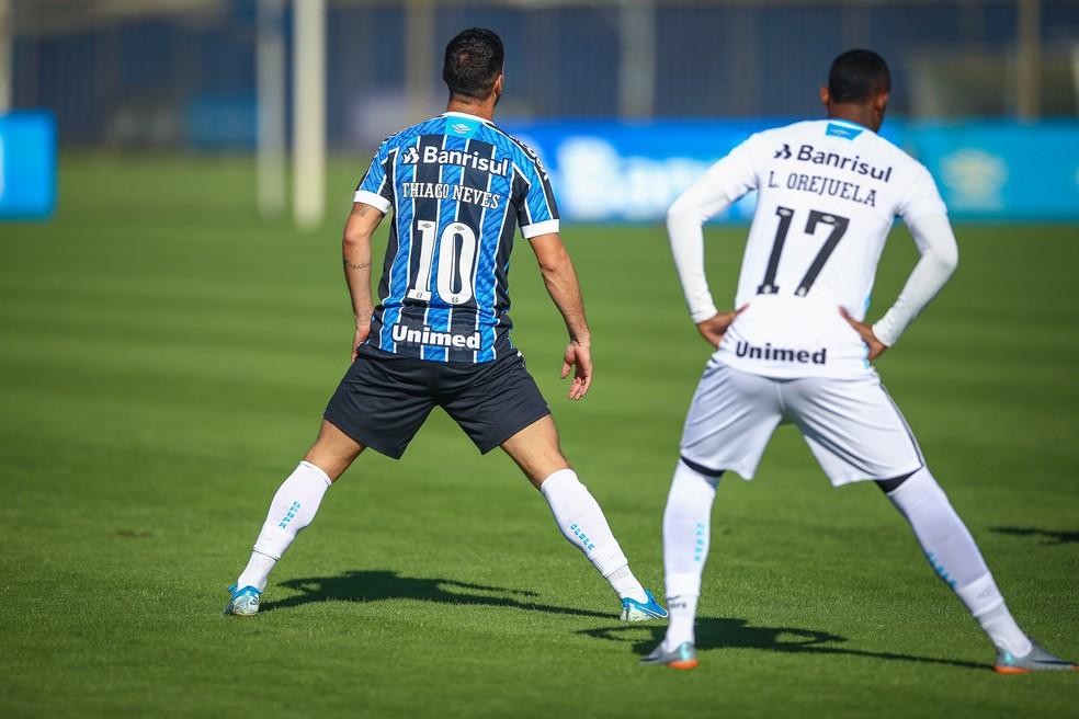 Thiago Neves e Orejuela em treino do Grêmio — Foto: Lucas Uebel/DVG/Grêmio