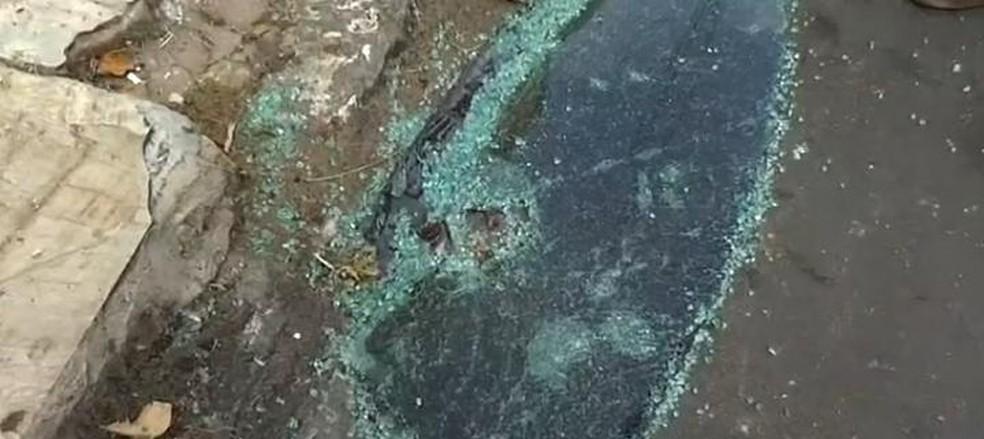 Parte do vidro o carro do farmacêutico, atingido por um dos tiros, ficou caído na pista em Juazeiro do Norte. — Foto: Arquivo pessoal