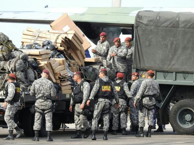 Homens da Força Nacional desembarcaram nesta terça em Manaus (Foto: Adneison Severiano/G1 AM)