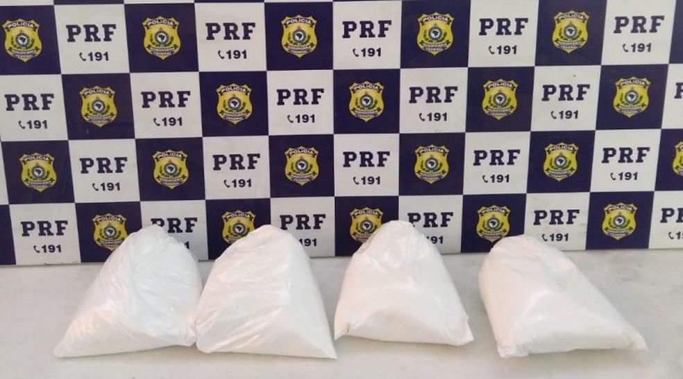 Jovem de 18 anos foi presa com 4 kg de cocaína na Bahia — Foto: Divulgação/PRF