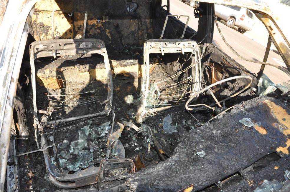 Fogo destruiu VW Santana nesta segunda-feira (7) (Foto: Base de Socorristas/Junqueirópolis)