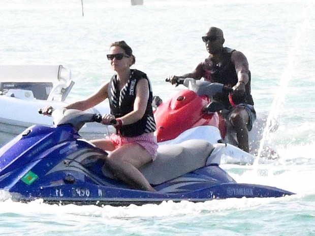 Photo © 2018 Mega/The Grosby GroupSpain: Lagencia GrosbyEXCLUSIVE Lovebirds Katie Holmes and Jamie Foxx revved up their romantic Miami vacation with a jet ski ride over the weekend. The A-list duo hit the pristine waters of Biscayne Bay on the second d (Foto: Mega/The Grosby Group)