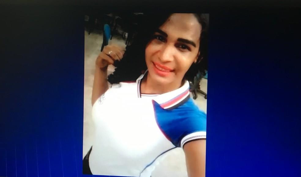 """Jailson Feitosa, uma travesti de 30 anos conhecida como """"Melissa"""", foi assassinada com golpes de faca na noite de sábado (4) em Bacabal. — Foto: Reprodução/ TV Mirante"""