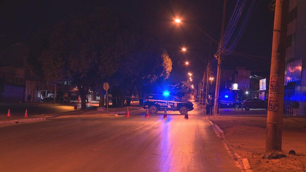 Homem é encontrado morto em canteiro de via, no DF — Foto: TV Globo/Reprodução