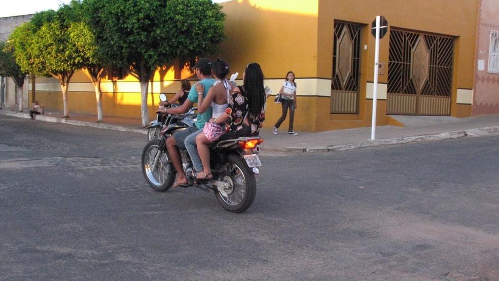 Falta de punição deixa motoristas infratores mais à vontade em cidades do interior cearense; em alguns casos, irregularidades põe vidas em risco — Foto: Honório Barbosa/SVM