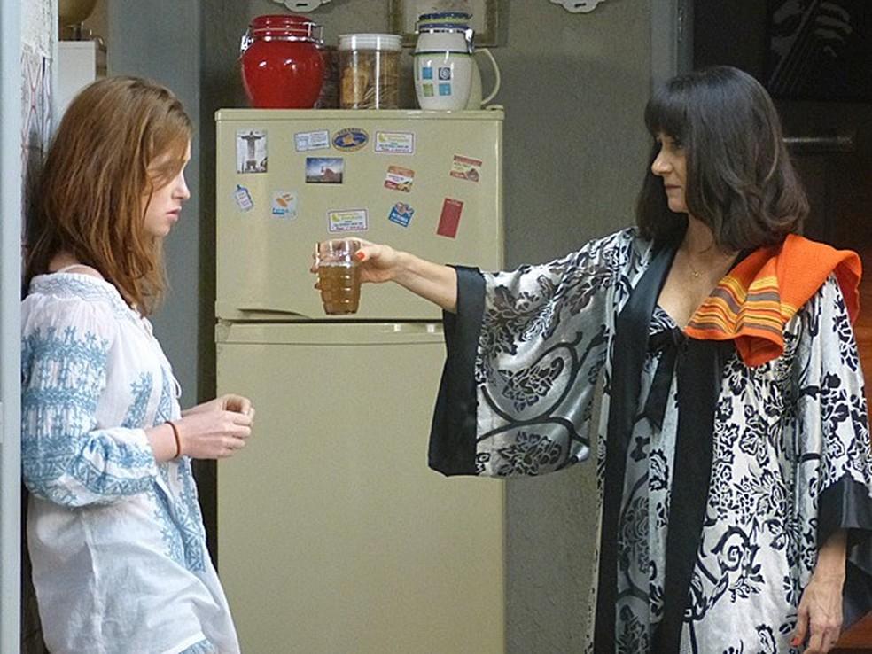 Em 'Império', Magnólia (Zezé Polessa) manda Maria Isis (Marina Ruy Barbosa) tomar chá para fertilidade — Foto: Globo