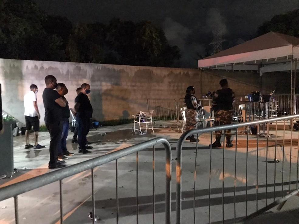 Polícia encerra festa clandestina com 500 pessoas no bairro de Canabrava, em Salvador — Foto: Muller Nunes / TV Bahia