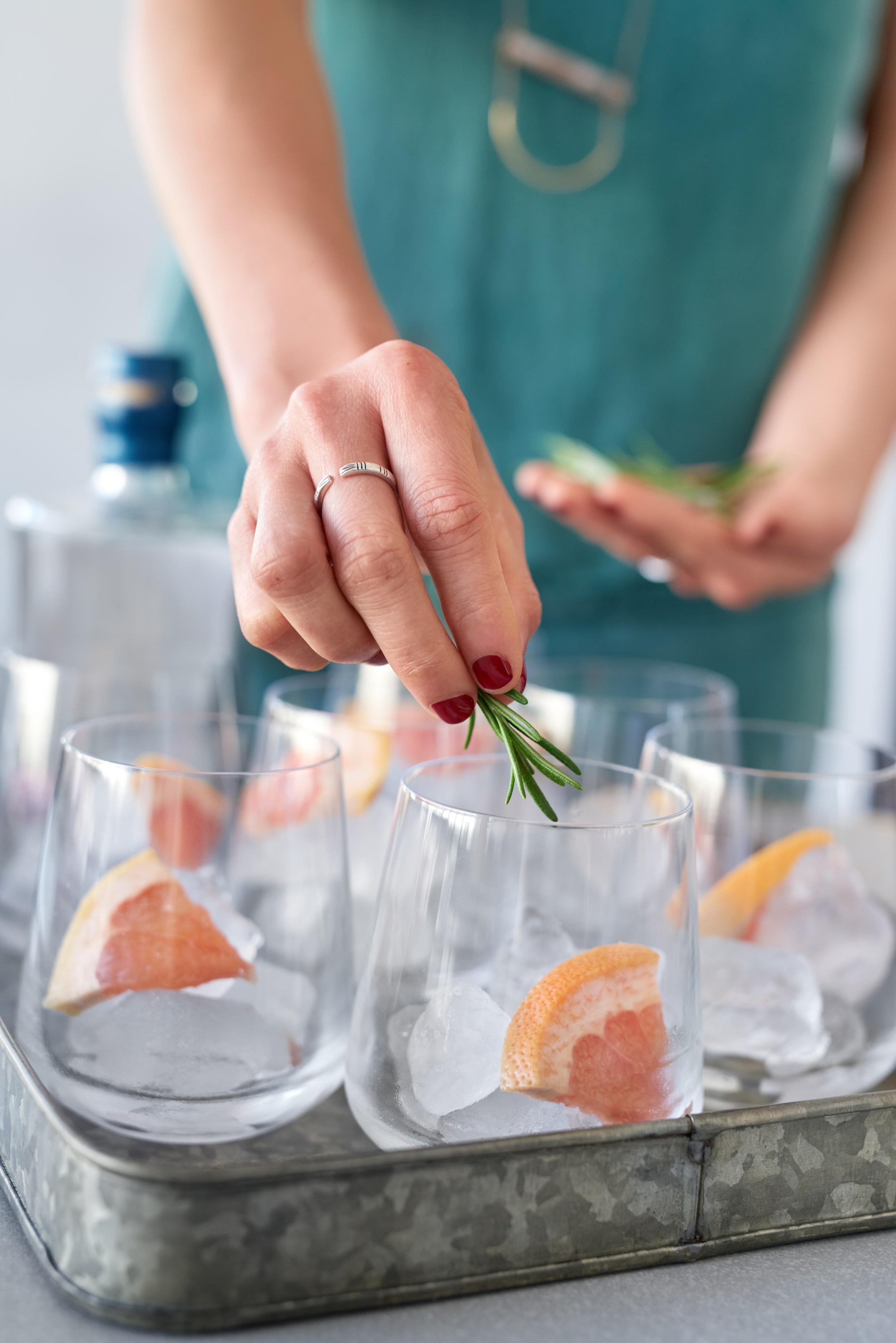 Um segredo para um bom drink é não economizar no gelo e a escolha do copo vai depender disso (Foto: Thinkstock)